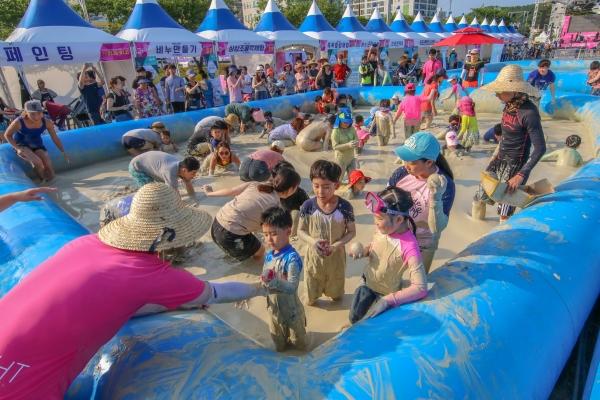 사진은 지난해 열린 제 1회 벤토나이트(머드)페스티벌에서 벤토머드 체험장을 찾은 아이들과 시민들이 즐거운 시간을 보내고 있는 모습. 전영호기자